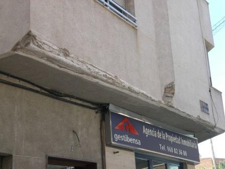 Fachada destrozada frente al Colegio Infantil